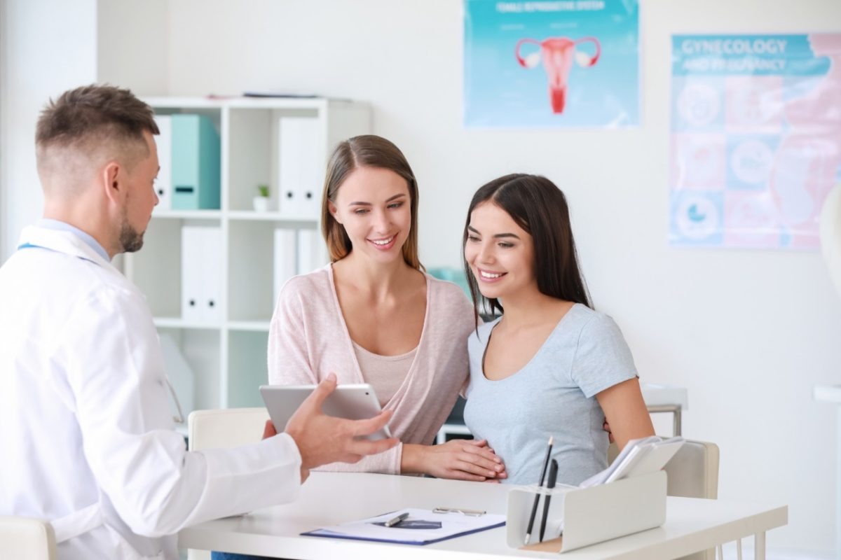 women talking to a doctor about IUI/ICI services